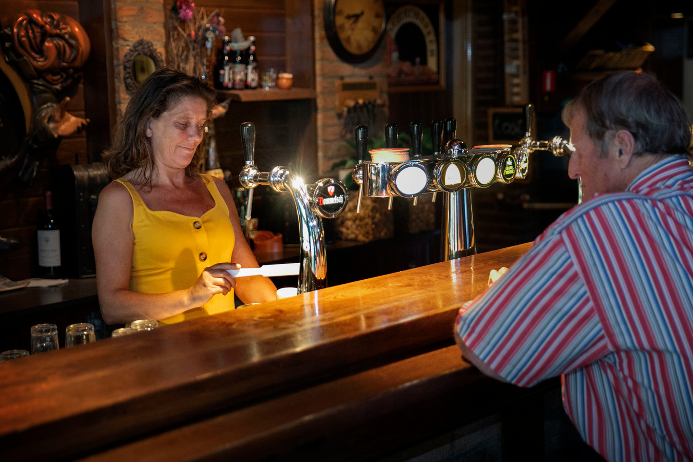 May Brom tapt een biertje in café de Dommelstroom in Dommelen.