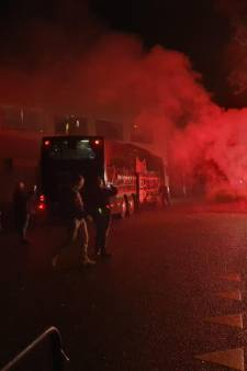 Fans verwelkomen spelers NEC met vuurwerk bij terugkeer na zege op NAC