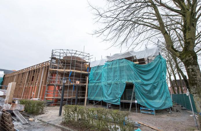 De verbouwing van het gemeentehuis in Putten is in volle gang. Aan de kant van het Kerkplein, dat na een grondige herinrichting straks gezellig en sfeervol moet zijn, komt het politiebureau.