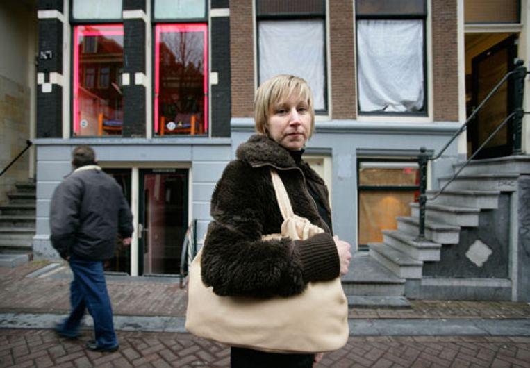 Tassenontwerpster Noor Wentholt voor haar atelier (rechts) naast een peeskamer op de Amsterdamse Wallen. (Guus Dubbelman / de Volkskrant) Beeld