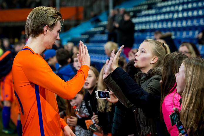 Vincent Vermeij, voormalig spits van De Graafschap, bedankt publiek op De Vijverberg na de wedstrijd tussen Jong Oranje en Jong Portugal, in november 2016.