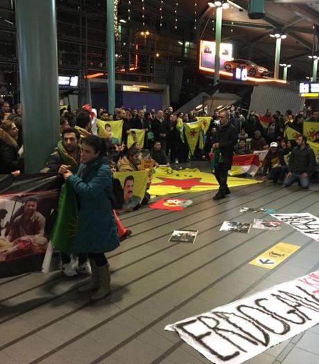 Protest Schiphol: Stop moorden op Koerden in Syrië