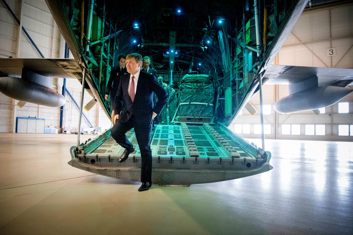 2018-04-13 14:38:35 EINDHOVEN - Koning Willem-Alexander bij een C-130 Hercules transportvliegtuig tijdens een werkbezoek aan vliegbasis Eindhoven. ANP ROYAL IMAGES ROBIN UTRECHT