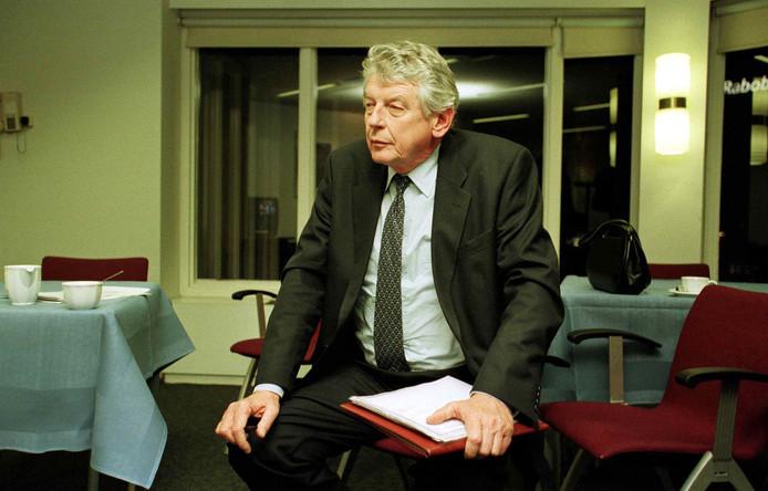 3 maart 1999:  Wim Kok bekijkt de uitslagen van de Provinciale Statenverkiezingen ineen achterafzaaltje van het provinciehuis in Arnhem.