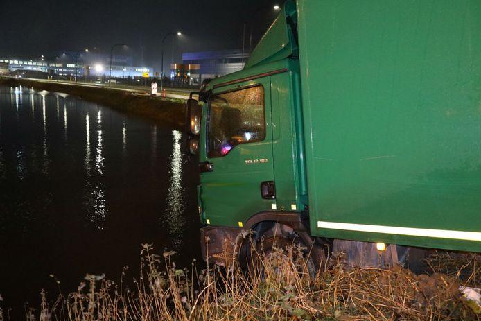 De vrachtwagen kwam net voor het water tot stilstand.