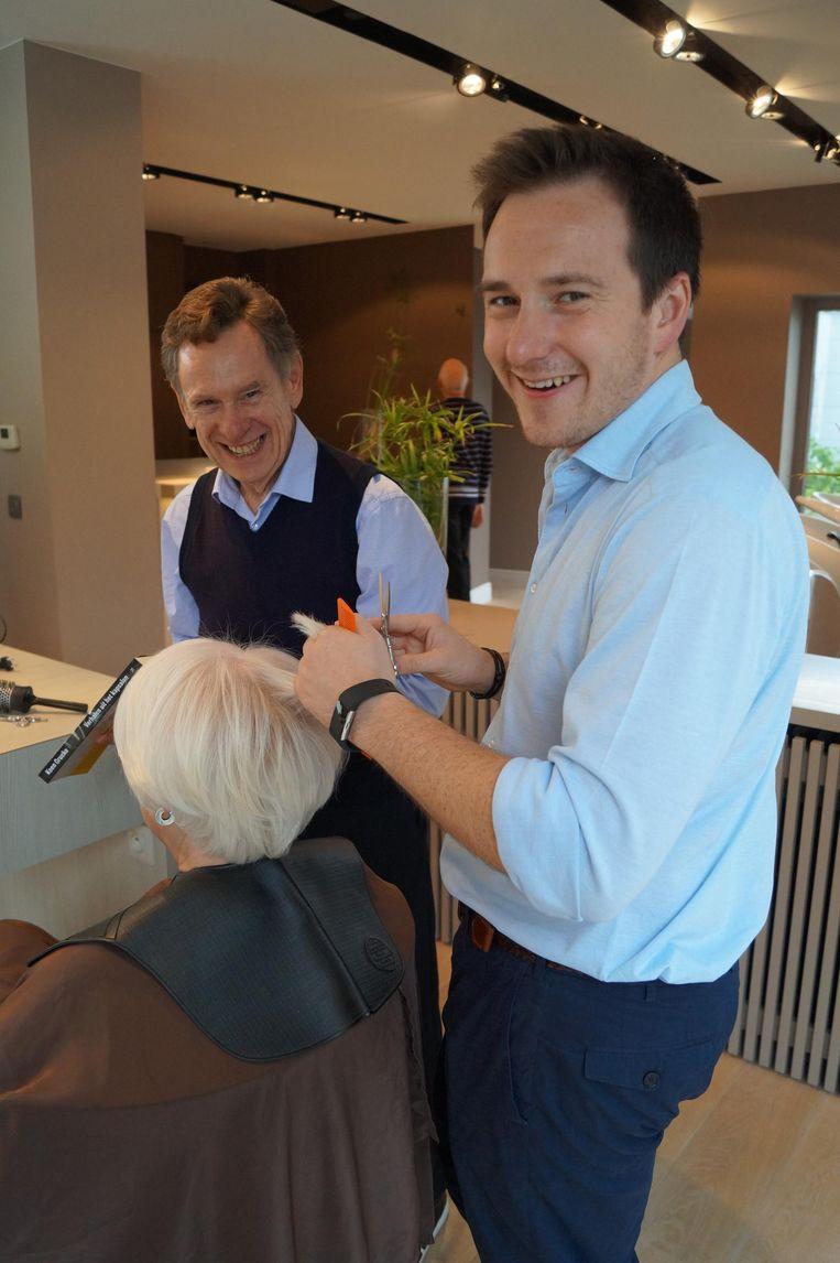 Koen Crucke kwam op bezoek in het kapsalon van burgemeester Francesco Vanderjeugd.