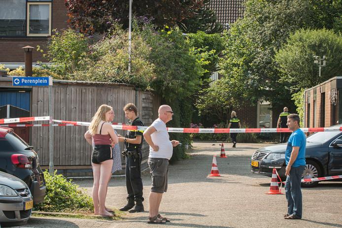 De politie heeft de omgeving van de Zandweg in Wijk bij Duurstede afgezet in het onderzoek naar de gevluchte automobilist.