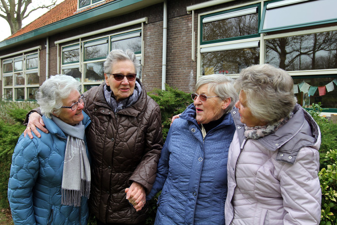 Nelly van Toledo (links) , Rina Langendoen, Corrie van der Velde en Nely Padmos voor hun oude lagere school.