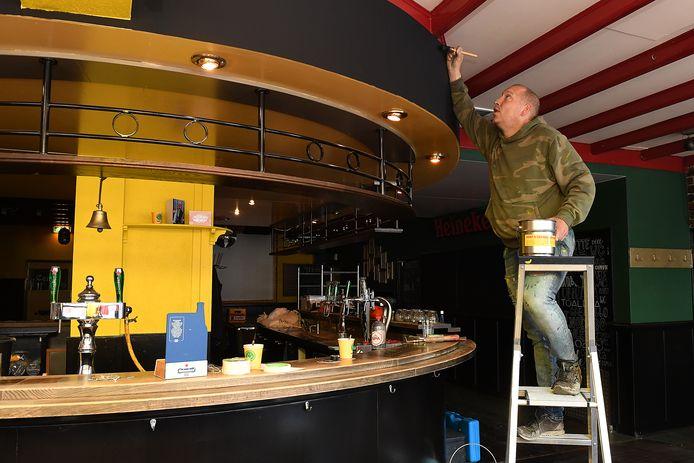Pascal Leenhouwers doet nog maar eens een klusje in café 't Centrum.