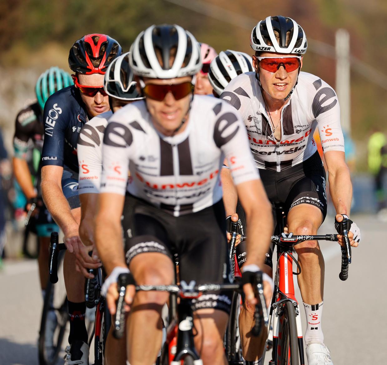 Wilco Kelderman (rechts) afgelopen zondag in actie tijdens de vijftiende etappe van de Giro d'Italia. Beeld BELGA