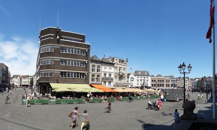 De terrassen op de Markt in Den Bosch kregen vier meter extra ruimte. Ze waren met dranghekken afgezet.