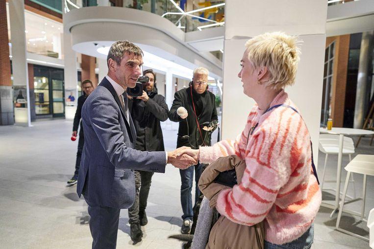 Bouwman in gesprek met staatssecretaris Paul Blokhuis. Beeld ANP