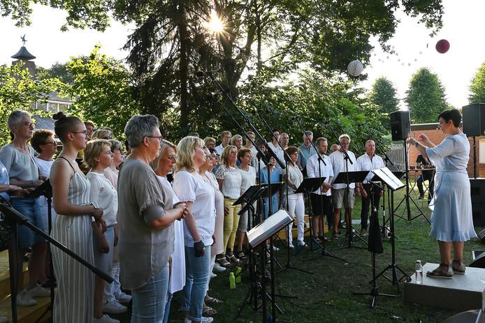 """Het Zipkoor bestaat uit regionale zangers en zangeressen.Zij gaven vanavond een buitenconcert in het kader van """"n Goei Leven in Landhorst."""