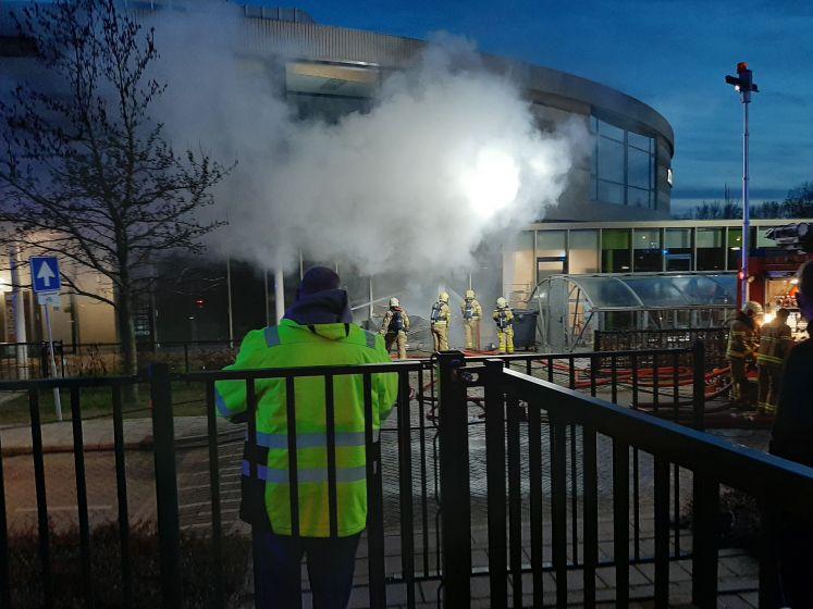 Brandweer druk met blussen van grote brand in school in Doetinchem