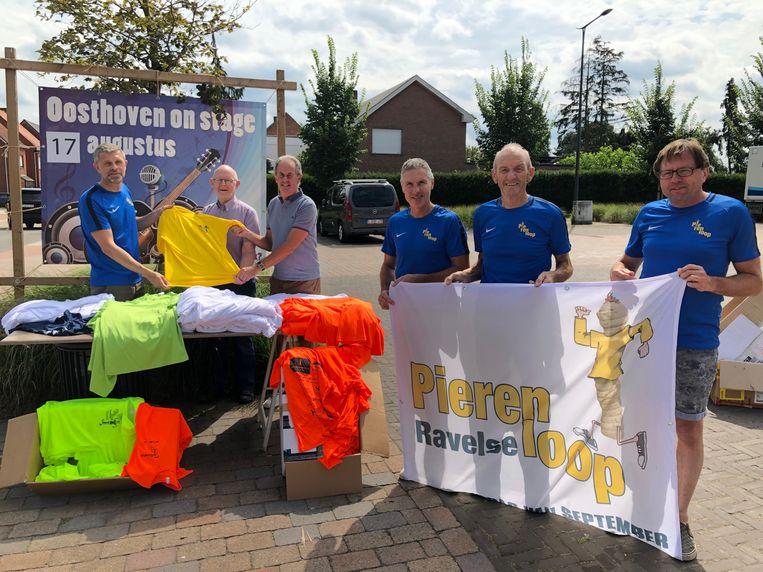 Organisatoren van de Pierenloop en vertegenwoordigers van IMANI met de T-shirts