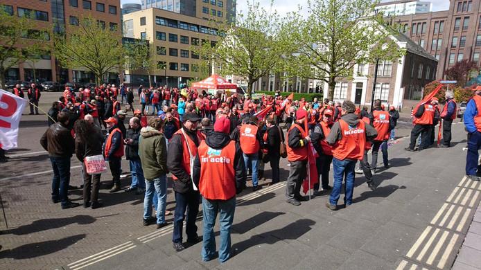 Er staan zo'n 200 medewerkers van de Jumbo voor de rechtbank in Utrecht.