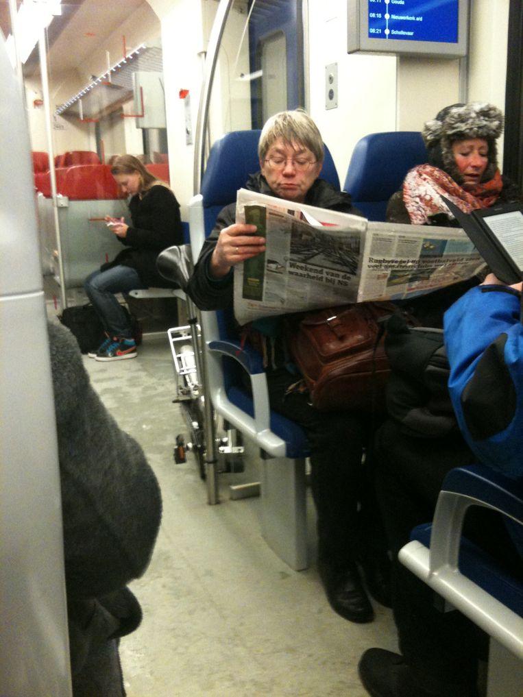 Ondanks de aangepaste dienstregeling rijdt de intercity op de lijn Leiden - Utrecht vanochtend op tijd. Op het perron is te merken dat er minder mensen met de trein rijden, het is rustig in de coupés. Beeld Suzanne Borgdorff