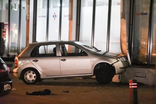 Een auto staat tegen een pand aan de Hertogstraat in Nijmegen aan.