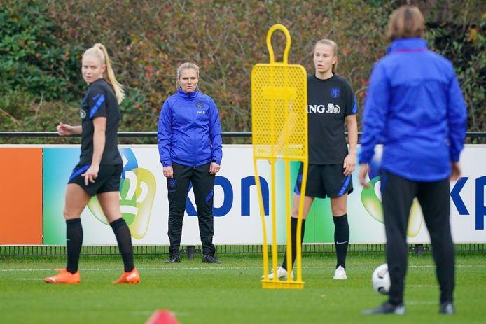 Bondscoach Sarina Wiegman kijkt toe op de training van de Leeuwinnen.