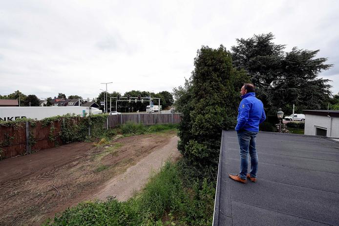 Bij het vervangen van de geluidsschermen langs de Randweg Noord in Bergen op Zoom zou de gemeente moeten kiezen voor een hogere schutting tegen de overlast van het groeiende vrachtverkeer, vindt onder meer buurtbewoner Jos Jansen.
