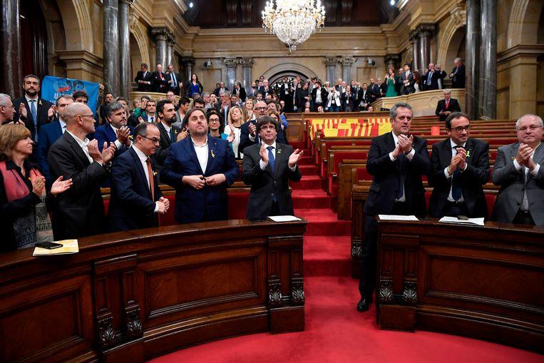 Carles Puigdemont (met blauwe das), hier nog als premier in het Catalaanse parlement naast verschillende ministers die vandaag veroordeeld zijn.