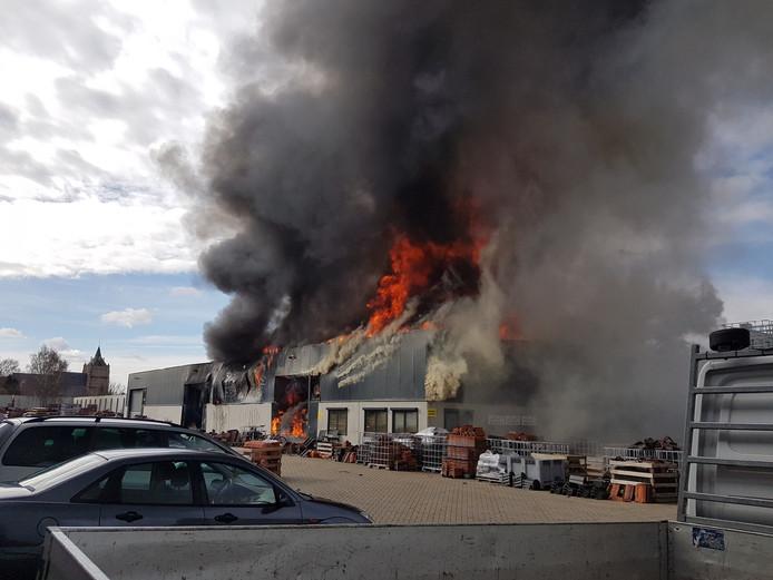 De brand bij dakpannenbedrijf Bogers in Sprang-Capelle.