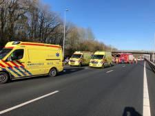 Tielse jongeren gewond bij aanrijding tussen taxibusje en vrachtwagen op A73