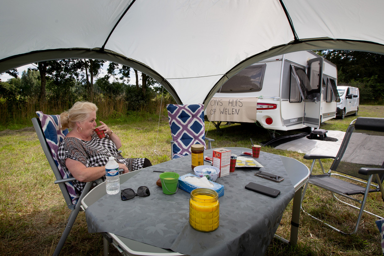 Martha Wolters staat met haar man en zoon in hun caravan op locaties in de Overijsselse gemeente Goor om te protesteren tegen het feit dat ze nog steeds geen standplaats voor hun wagen hebben.