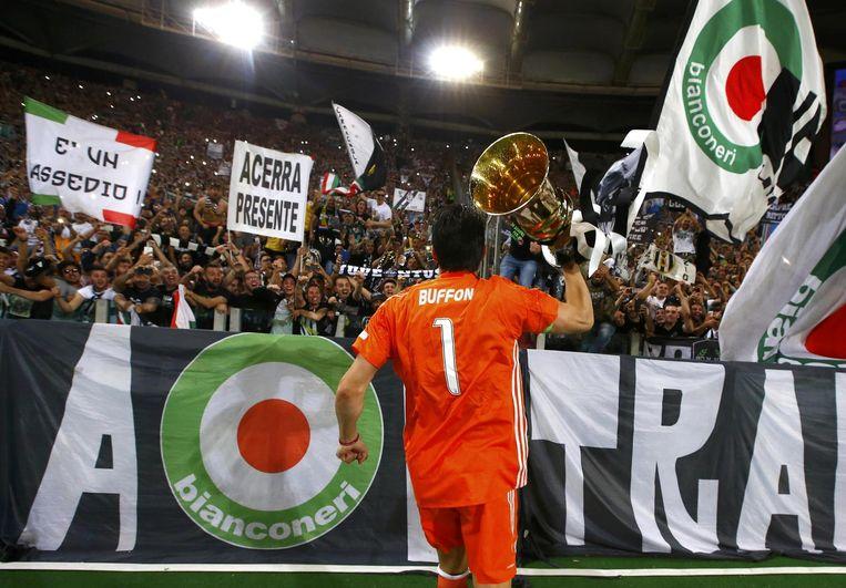 Juventus-doelman Buffon viert het winnen van de Italiaanse beker, eind mei. Beeld reuters