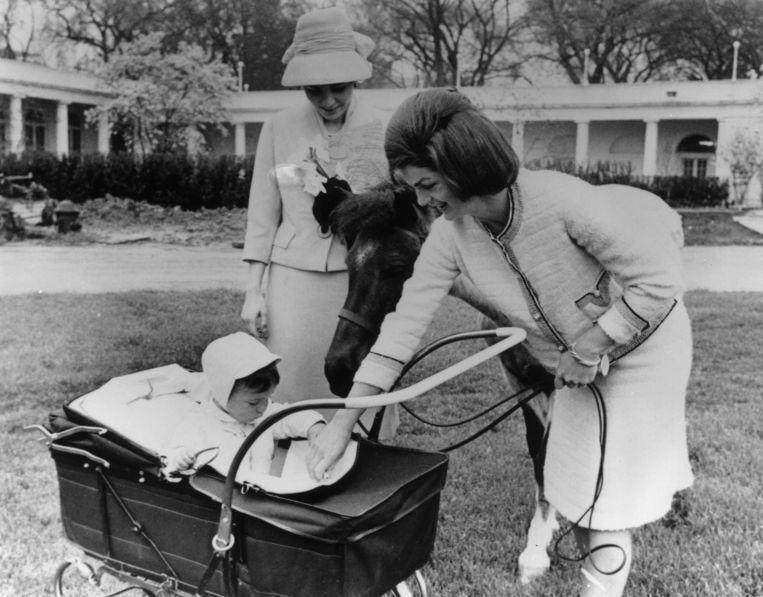 Jackie Kennedy laat haar zoon John zien aan Farah Diba.  Beeld Getty