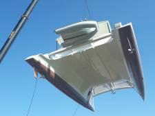 Catamaran door de lucht en over land naar het water in Aarle-Rixtel