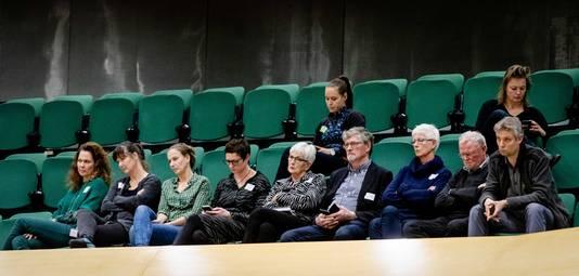Familieleden van Joost Wolters volgen het debat in de Tweede Kamer.