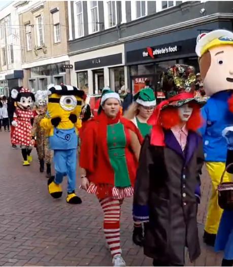 Kerstparade in disneysfeer zet stadshart Almelo op zijn kop