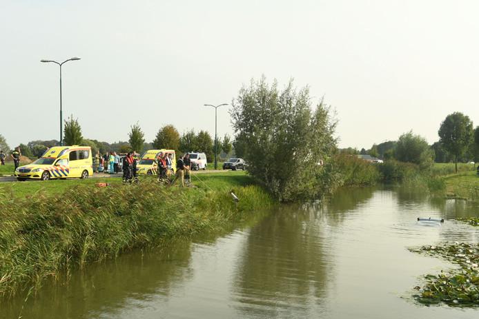 De vrouw kon zelf uit de auto komen en met haar kind naar de kant zwemmen.