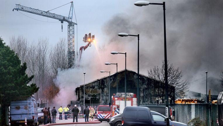 Toen er eenmaal water uit een kanaal kon worden opgepompt, bestreed de brandweer met hoogwerkers het vuur. Beeld Jean-Pierre Jans/www.jeanpierrejans.nl
