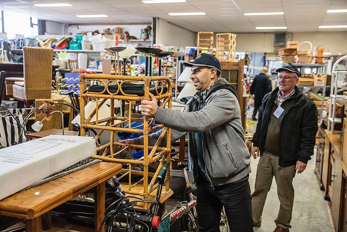 Ayman Khartabeel aan het werk in kringloop winkel Een Aarde in Asten