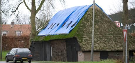 Gemeente Wierden: 'Lelijk zeil moet van dak in Hoge Hexel af'