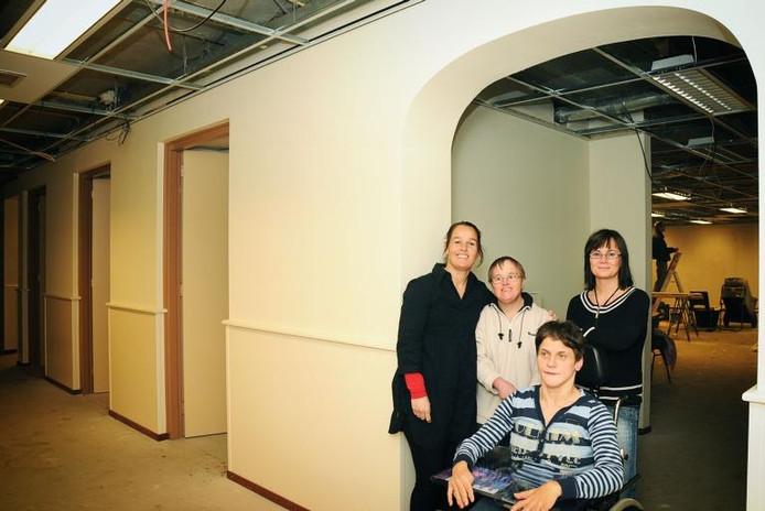 Begeleidsters Berit van Horssen (links) en Titia Baak (rechts) met Marian Peters en José Peters (in rolstoel) in hun nieuwe ruimte. foto Mariska Hofman