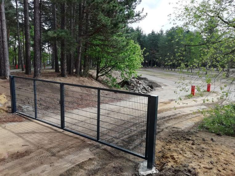Bij de inrit van de parking is een poort gezet.