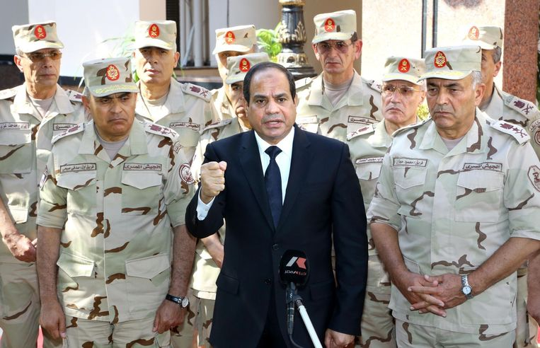 President Abdel Fattah al-Sisi, omringd door soldaten. Beeld belga