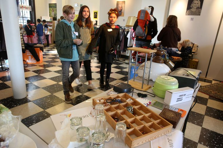 Heel wat bezoekers kwamen 'nieuwe' tweedehandsspulletjes uitzoeken op de weggeef- en ruilbeurs van De Soepjuffers.