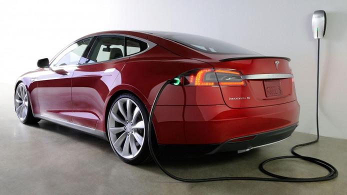 Tesla Model S aan de lader.