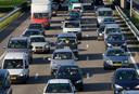 De Nederlandse forens blijft gek op de auto. Liefst 60 procent van alle verplaatsingen van en naar het werk vindt plaats met dit vervoermiddel.