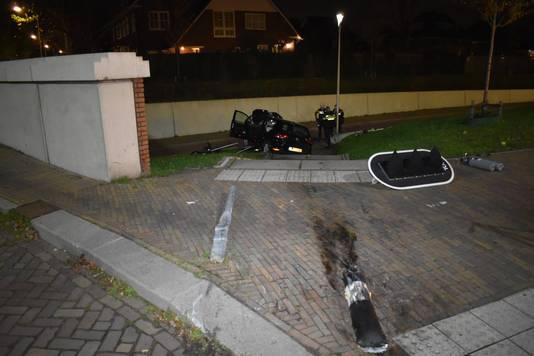 Een verkeersbord, een verkeerslicht en de leuning van de trap zijn uit de grond gereden bij het ongeval in Lent.