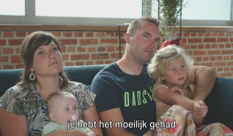Niels zingt een liedje voor familie die kindje verloor.