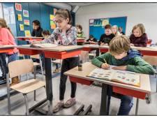 Leerlingen experimenteren met statafels in de klas