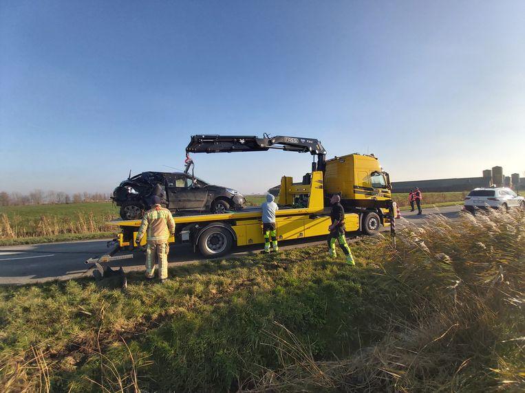 Depannage Degrave uit Middelkerke haalde het zwaar beschadigde voertuig in de sloot.
