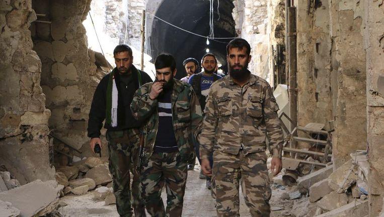 Syrische soldaten liepen gisteren door Aleppo. Beeld reuters