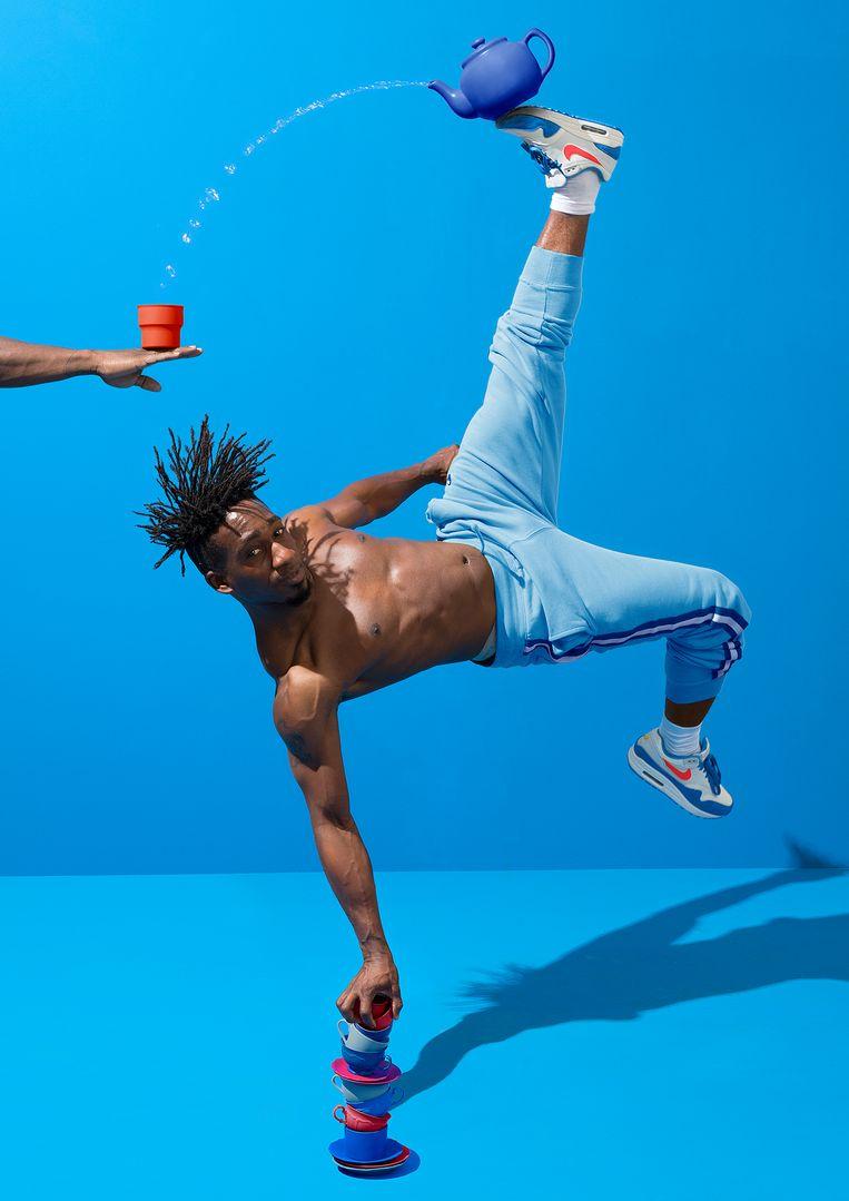 De breakdancers gaan werkelijk tot het uiterste.