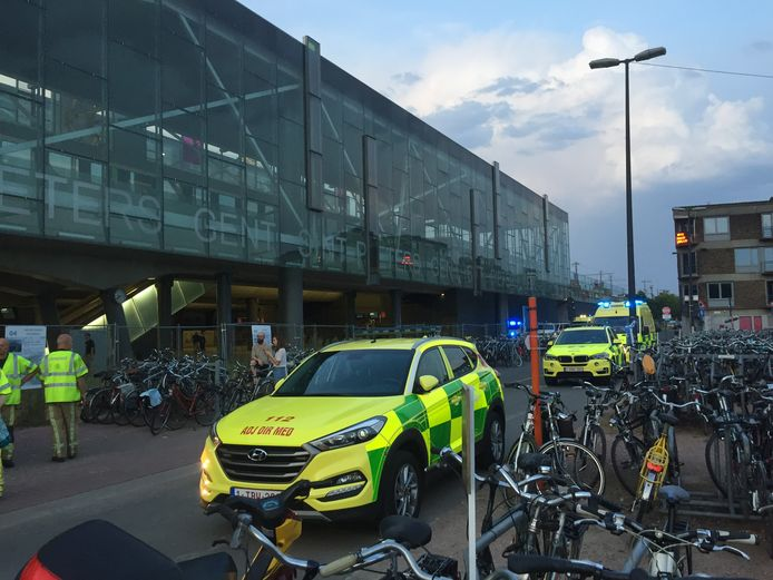 Ambulances stonden klaar om de treinreizigers op te vangen.